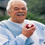 رجل يأكل تفاحة