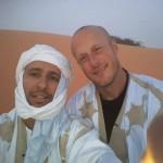 ولد صلاحي يلتقي بسجانه الأمريكي بعد دخوله الإسلام عى مائدة الإفطار في موريتانيا