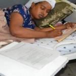 في سابقة من نوعها فتاة تجري امتحان الباكلوريا بعد 30 دقيقة من ولادة طفلها -صورتها